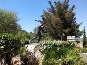Sculpture l'homme de Tautavel devant le Musée